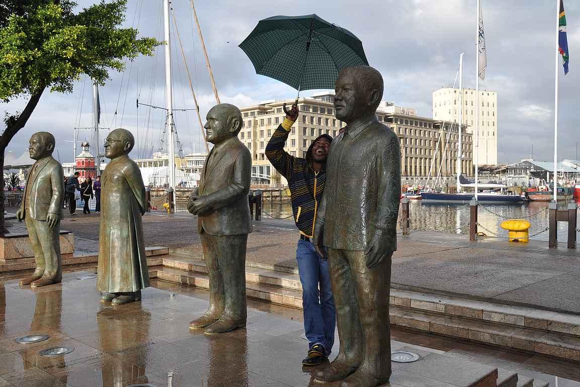 Waterfrontin alueelta löytyy myös Nobelin aukio ja sen kuuluisat asukit patsaiden muodossa.