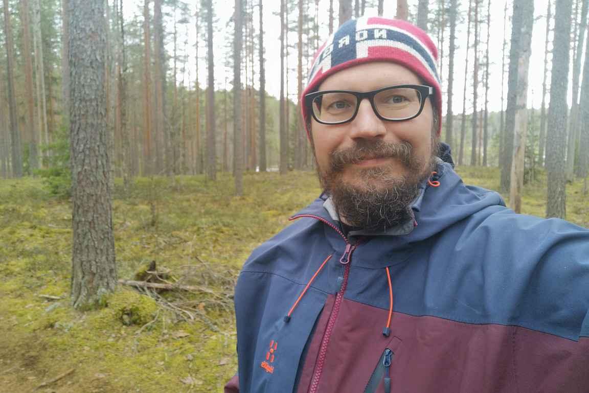 Leppoisaa kevätretkeilyä Leivonmäen kansallispuiston harjumaisemissa.