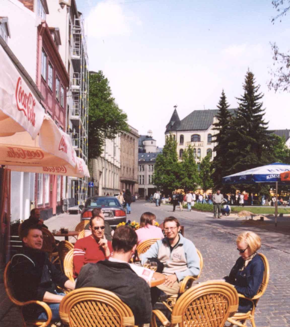 Riikan vanhassakaupungissa taustalla mustan kissan talo - keväällä 2003.