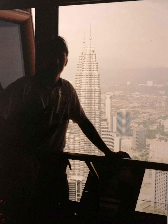 Kuala Lumpurissa ihastelemassa valmistuvaa Petronas Tvin Towersia vuonna 1998.