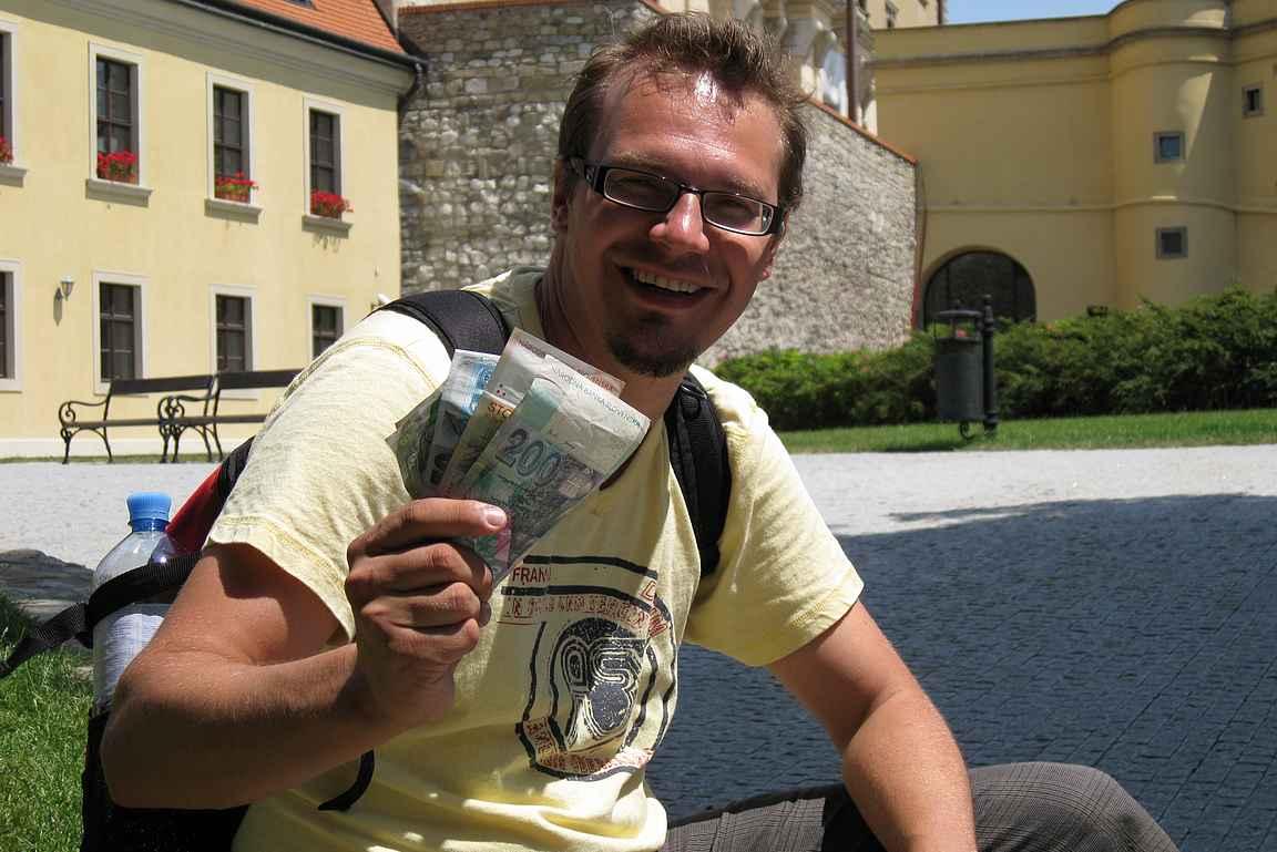 Päiväretkellä Bratislavassa tukku paikallista valuuttaa käsissä vuonna 2008.