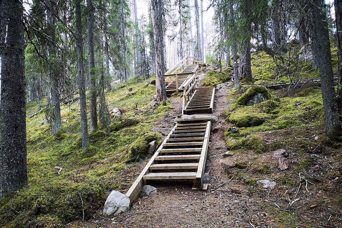 Osui reitin varrelle yhdet portaatkin matkalla harjumaisemaan.
