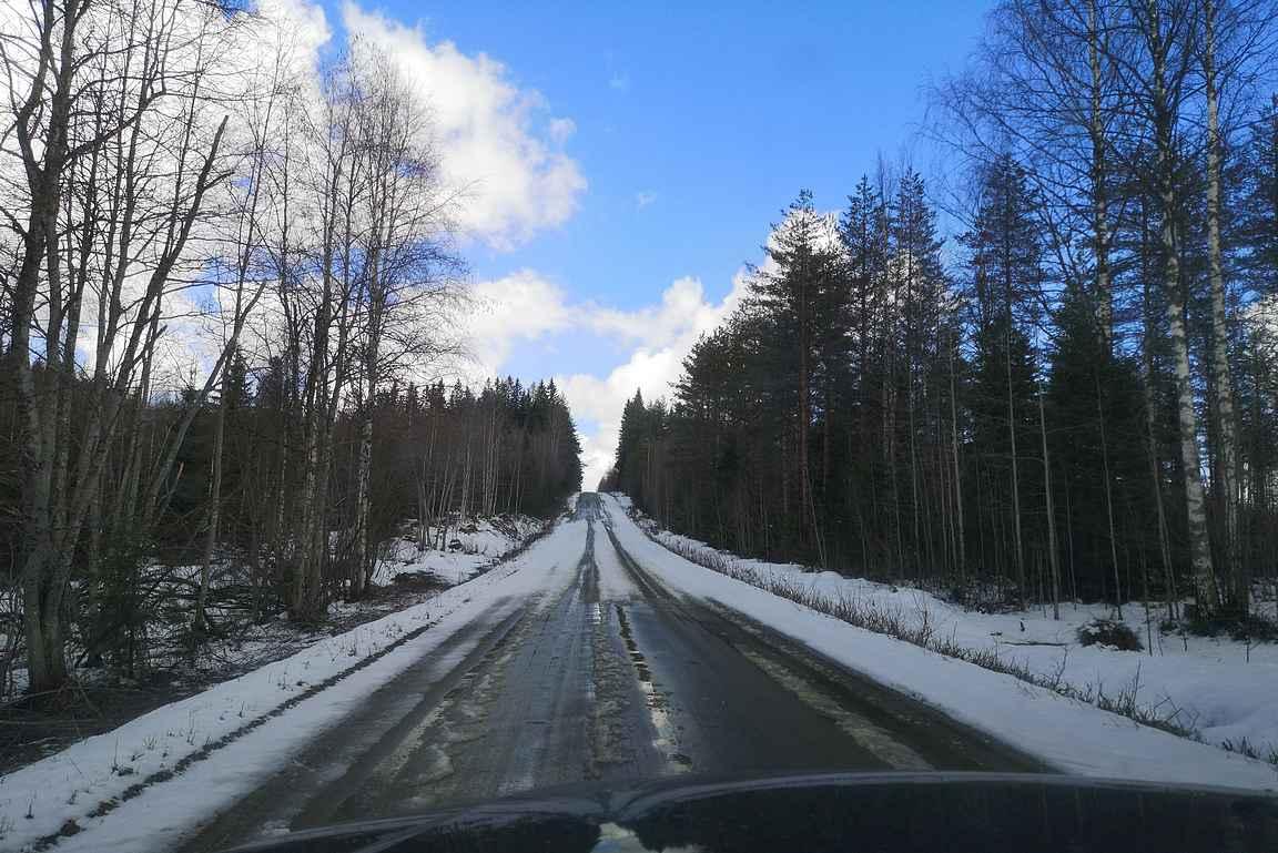 Kansallispuistoon vievä hiekkatie oli osin vielä lumen peitossa.