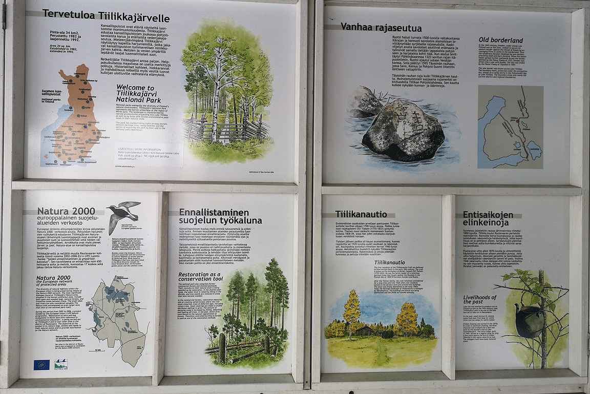 Tiilikkajärven kansallispuiston opastauluja.