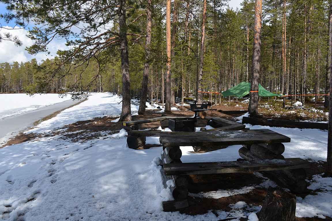 Venäjänhiekka - taustalla upea uimaranta ja tulipaikan läheisyydessä puissa riippuva teltta.