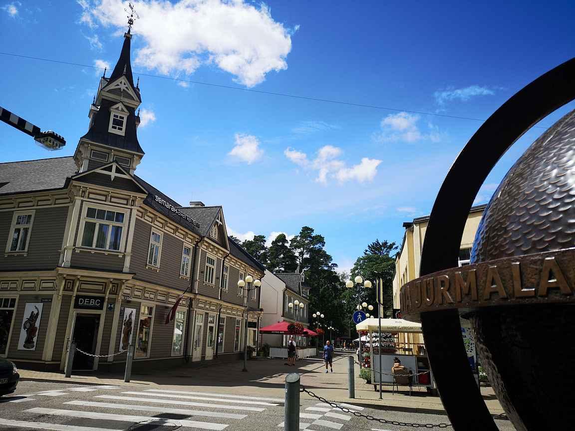 Jurmalan pääkatu Jomas iela on kaupungin sydän.