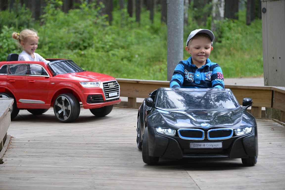 Autoilua oli hauska seurata ja ajajat olivat innoissaan.