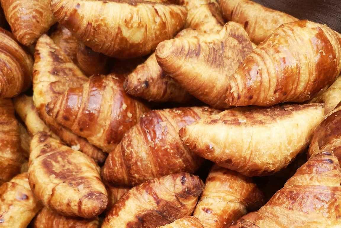 Tuoreet croissantit toimivat aina aamupalalla.