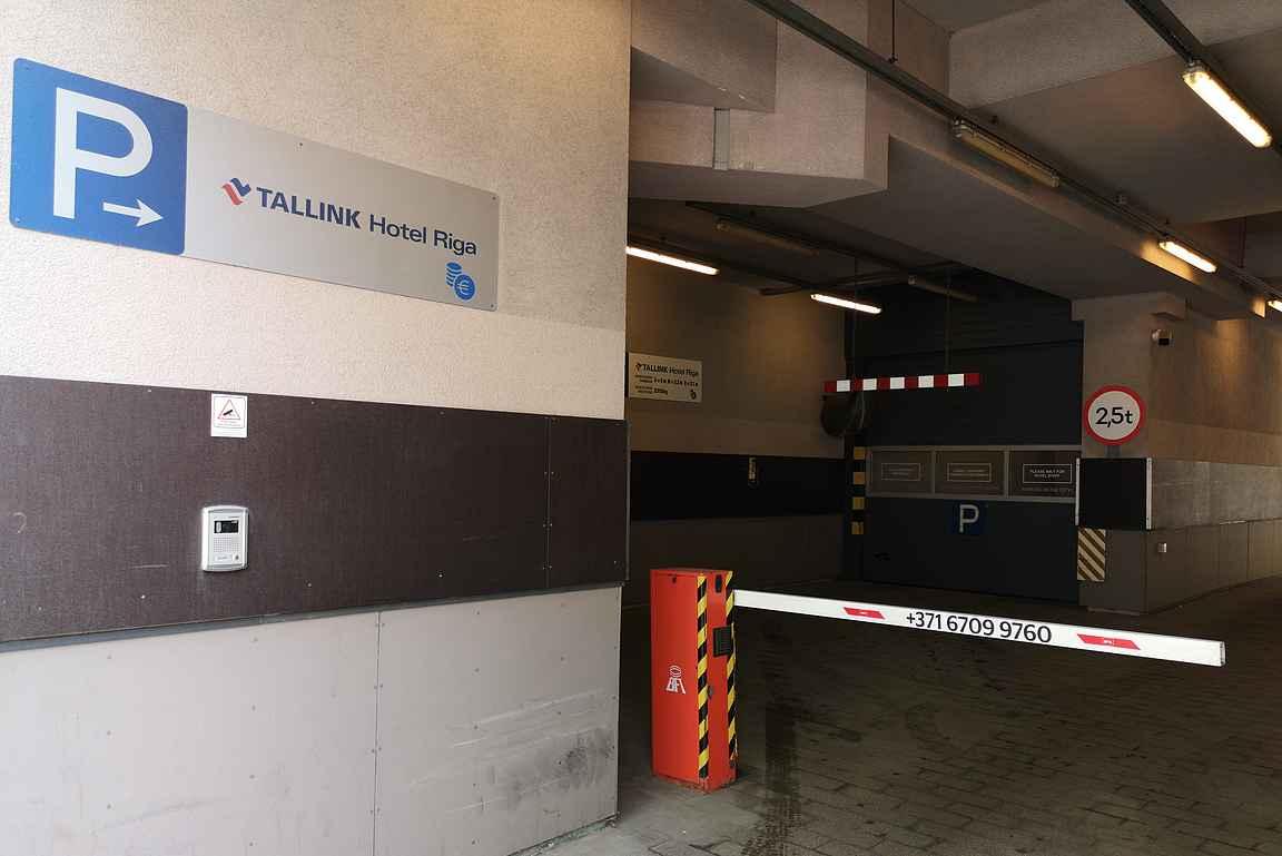 Tallink Hotel Rigan paikoitukseen mennään autohissillä.