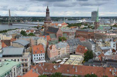 Pietarinkirkon tornista näkee hyvin myös vanhankaupungin vieressä olevaan satamaan.