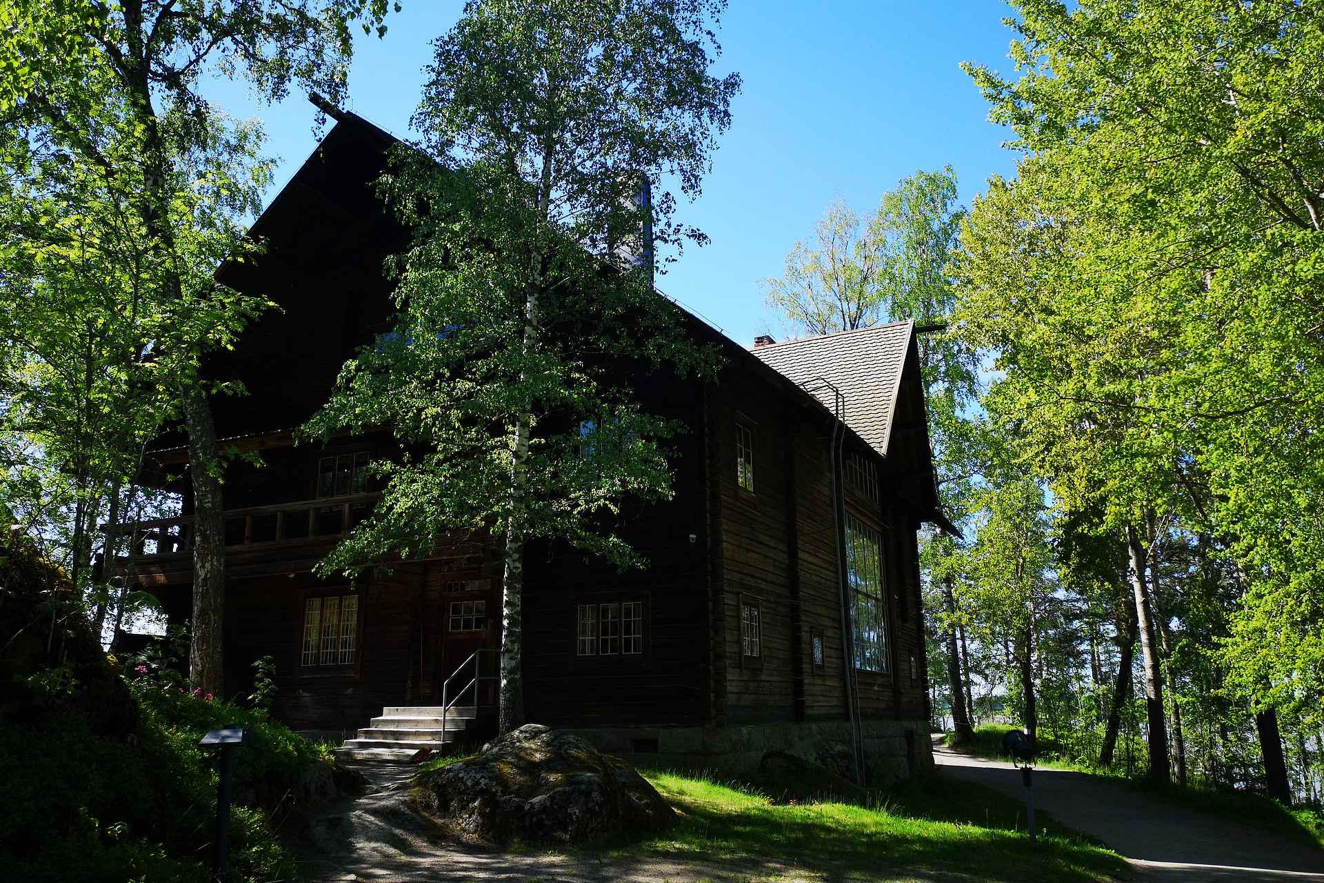 Halosenniemi oli Pekka Halosen perheen taiteilijakoti Tuusulanjärven paraatipaikalla.