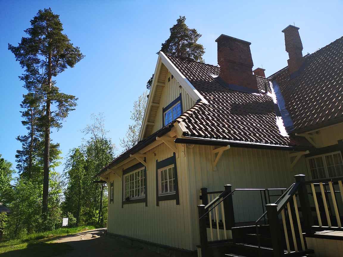 Ainola sijaitsee kukkulan päällä lähellä Tuusulanjärveä.