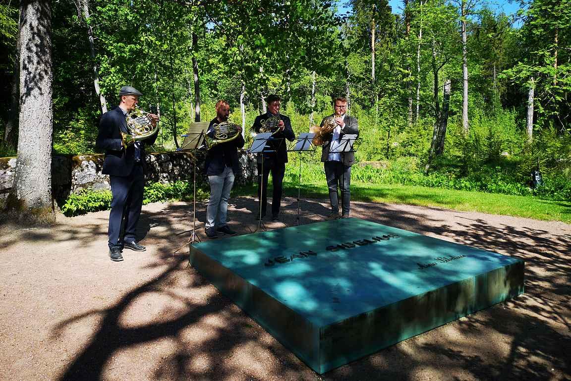 Jean Sibeliuksen haudalla vierailuista teki erityisen sattumalta paikalla olleet soittajat, jotka soittivat Sibeliuksen tuotantoa.