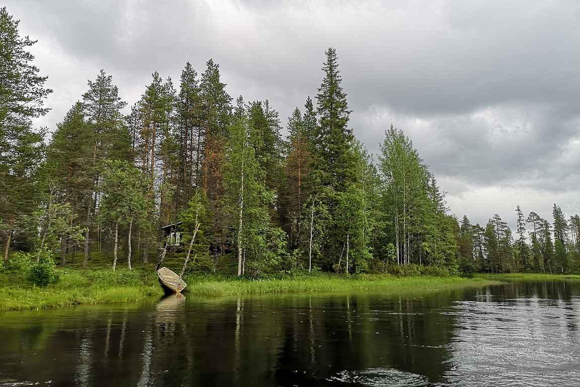Koskien välissä ihailimme Kuusamon upeaa luontoa vesiltä käsin.