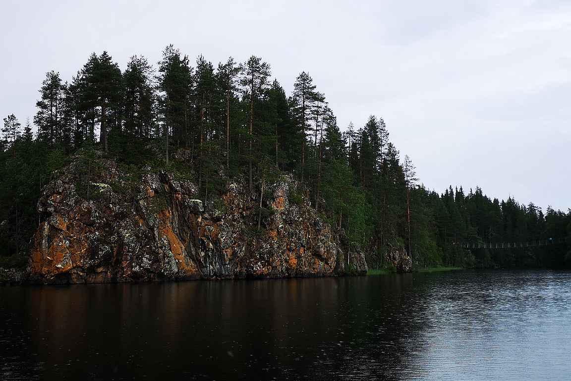 Villi Reitti lähtee Pienen Karhunkierroksen aloittavan Niskakosken riippusillan alta kohti kuohuja.