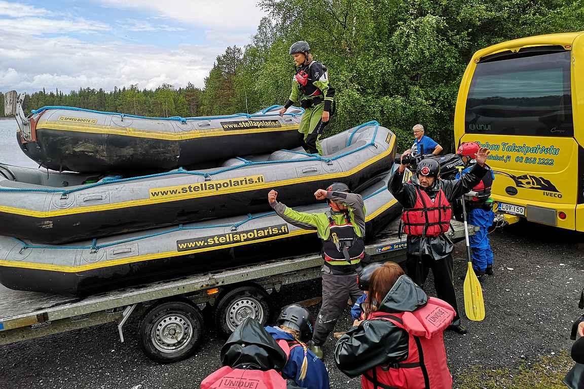 Käylän lähtöpisteessä purettiin kumiveneet ja käytiin samalla turvallisuusohjeet retkelle.