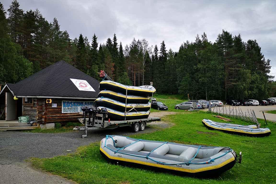 Stella Polaris Adventuresin toimisto on Pienen Karhunkierroksen parkkipaikan vieressä.