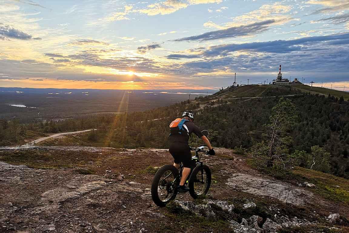 Rukan kylästä lähtee useita maastopyöräily- ja patikointireittejä läheisten vaarojen huipulle upeisiin maisemiin.