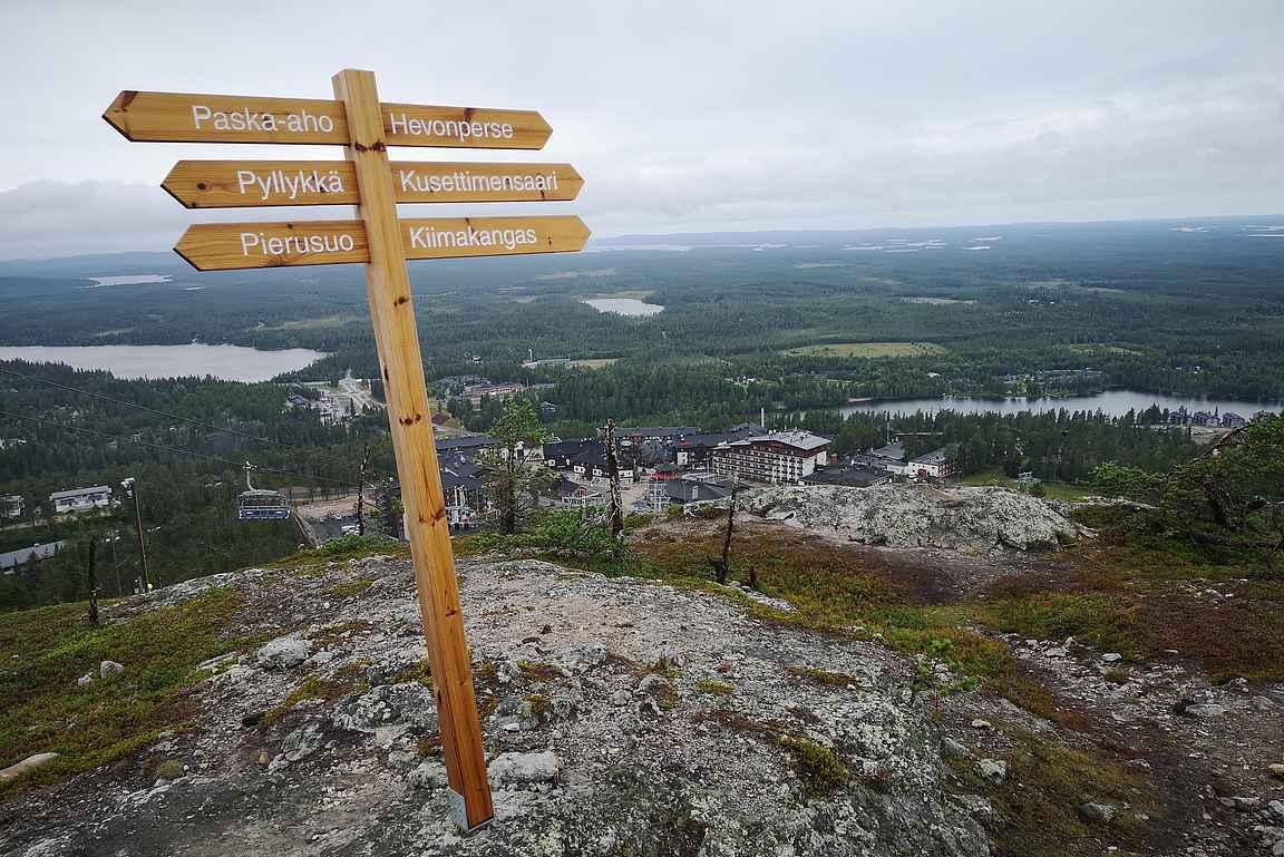 Rukan kylästä on helposti saavutettavissa Kuusamon kauneimmat paikat ja rumimmat paikannimet.