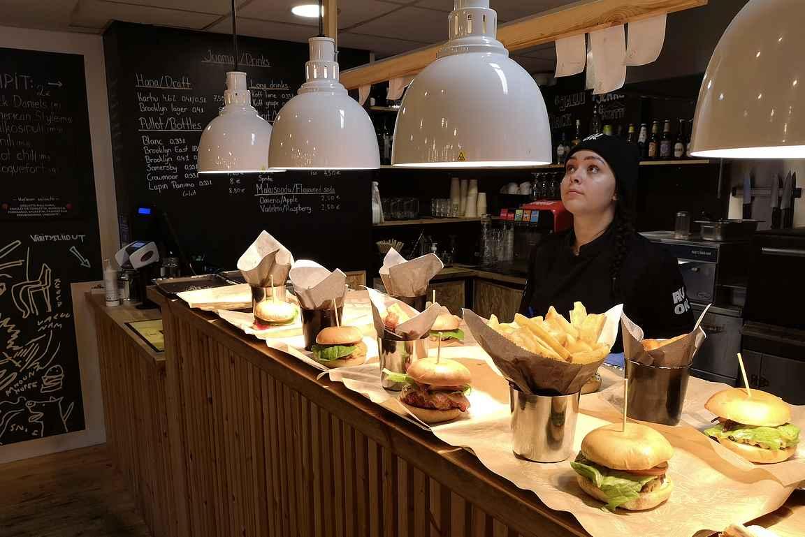 Majapaikan alapuolella oleva Ruok Burger tarjoilee kylän parhaat burgerit amerikkalaisen tyyliin.