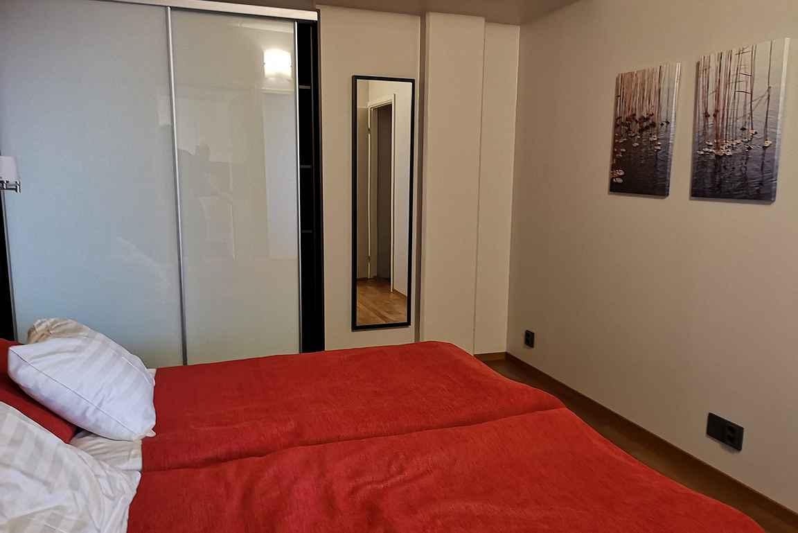 Jokaisessa makuuhuoneessa oli liukuovilla varustettu vaatekaappi.