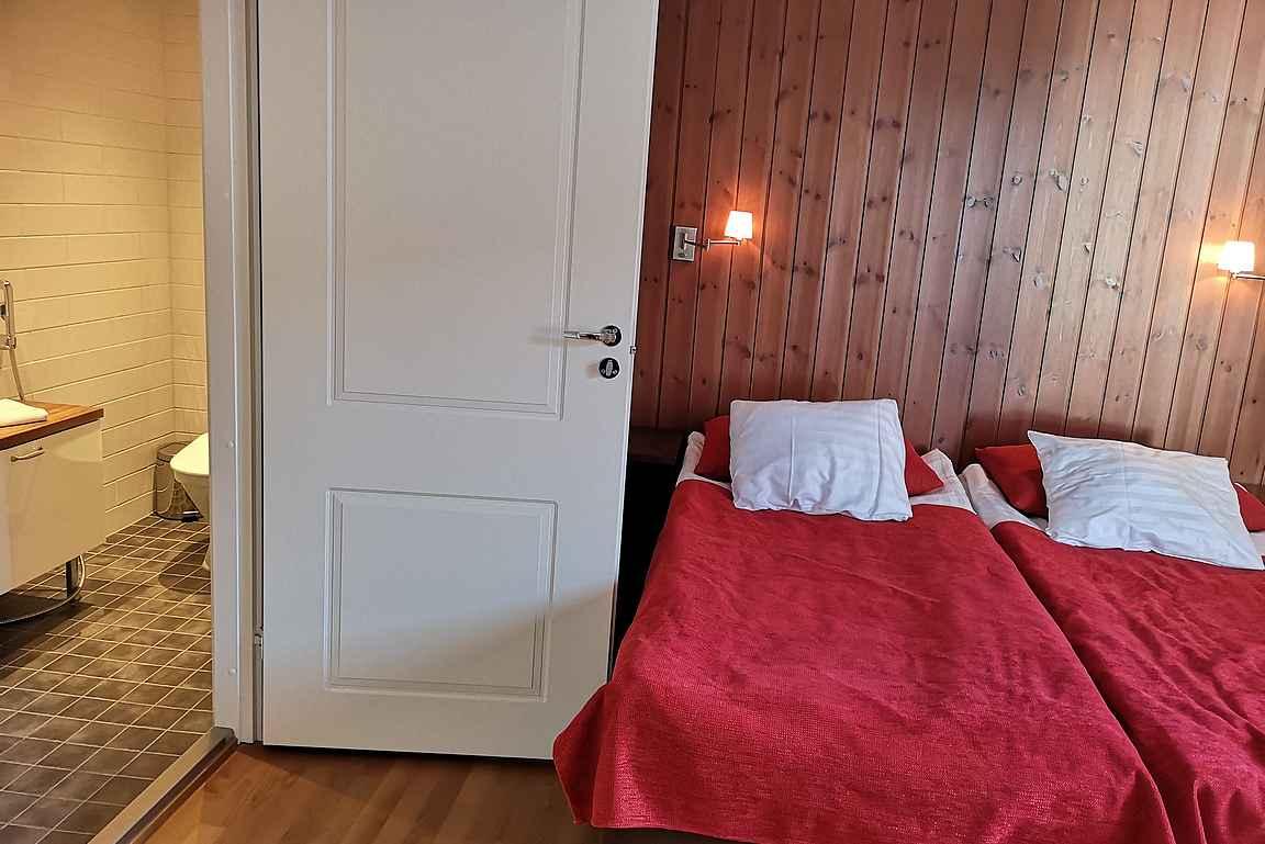 Makuuhuoneissa oli perinteistä puupanelointia ja kolmessa makuuhuoneessa oli oma kylpyhuone.