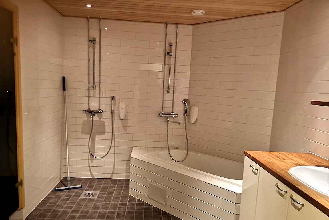 Pesutiloissa on suihkun lisäksi kylpyamme. Isosta tilasta löytyy myös pesukone sekä naulakkotilat usealle pyyhkeelle.