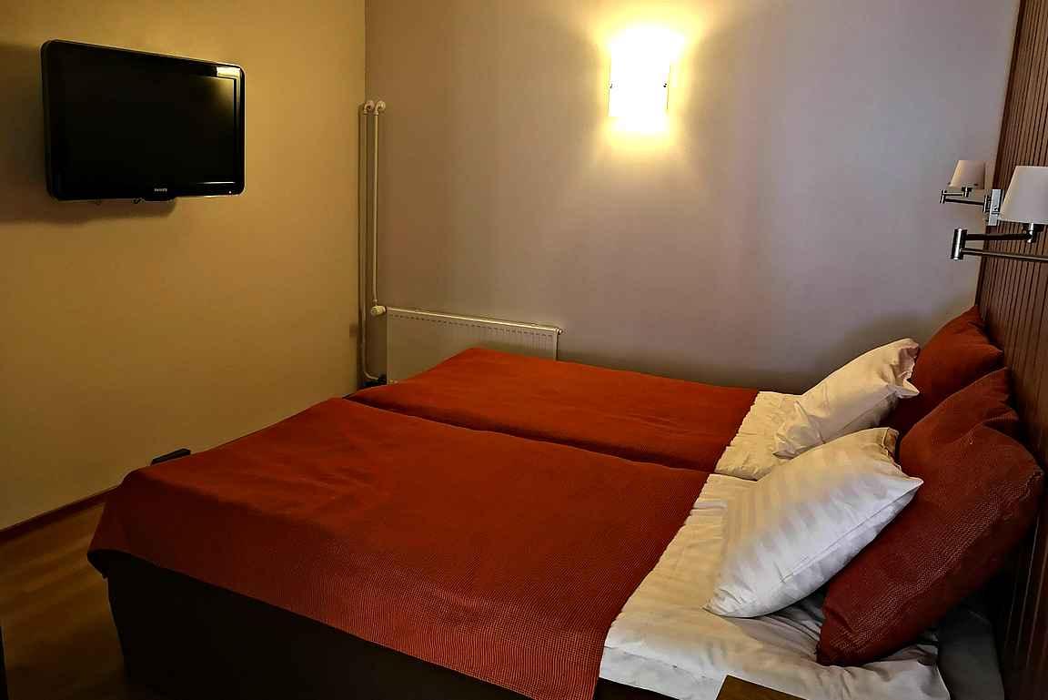 Pienimmässäkin makuuhuoneessa oli parisänky, jonka sai tarvittaessa erilleen.
