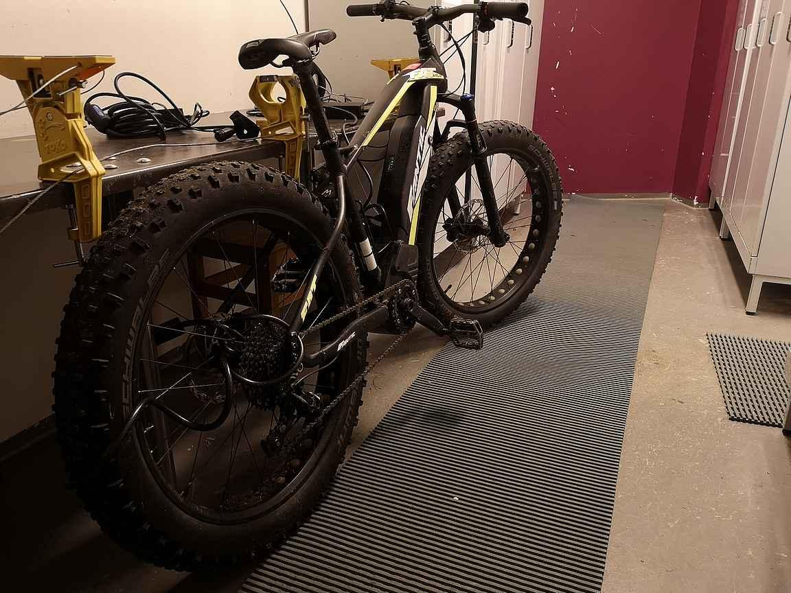 Maastopyöräilyä helpotti säilytys pyörävarastossa ja samalla akkujen latausmahdollisuus.