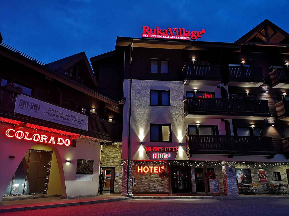 Hotelli RukaVillage sijaitsee Rukan kävelykylän palveluiden keskellä.