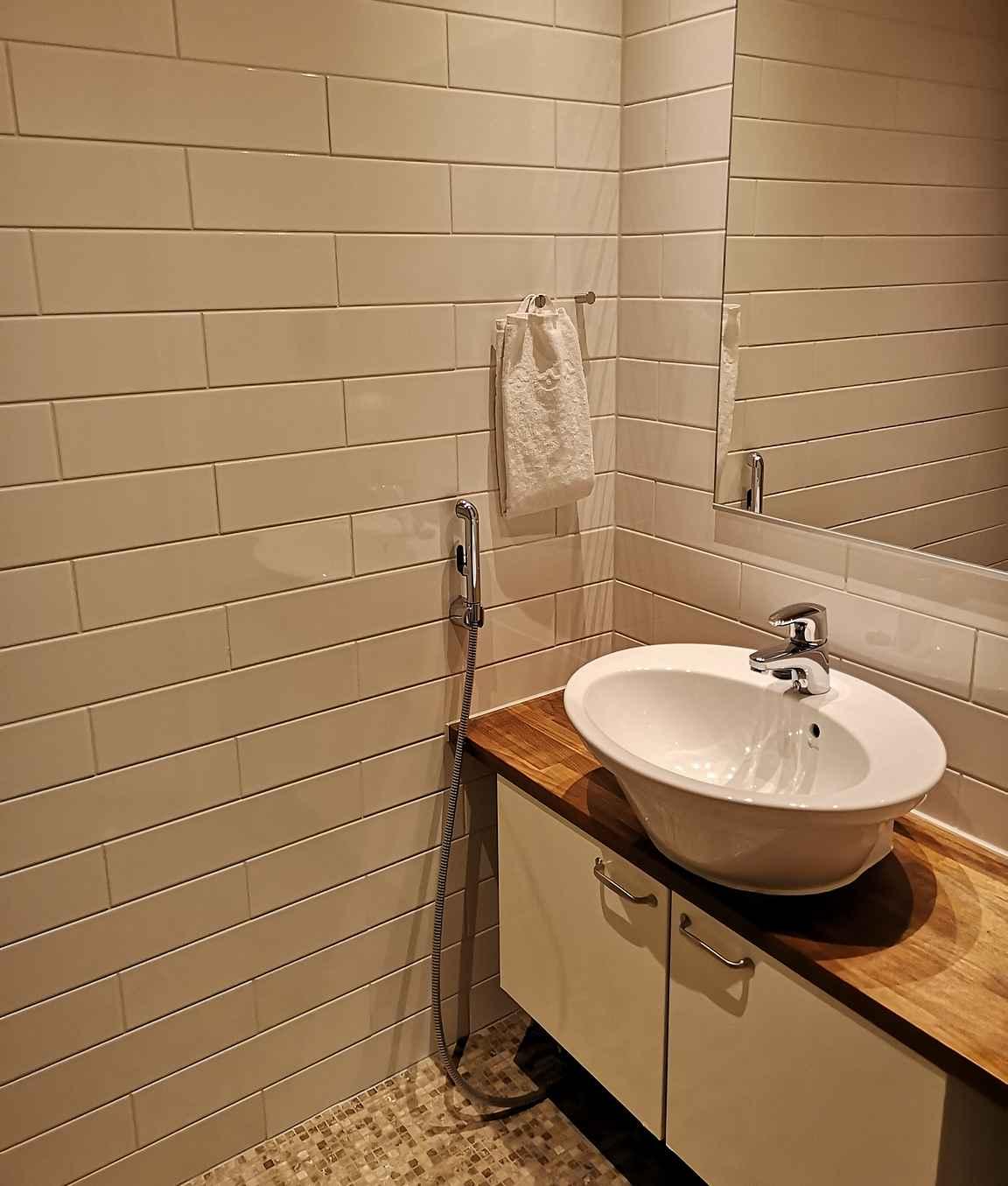 Kaiken kaikkiaan huoneistossa on neljä wc:tä, jotka olivat tyylikkäitä pelkistetyn skandinaavisia sisustukseltaan.
