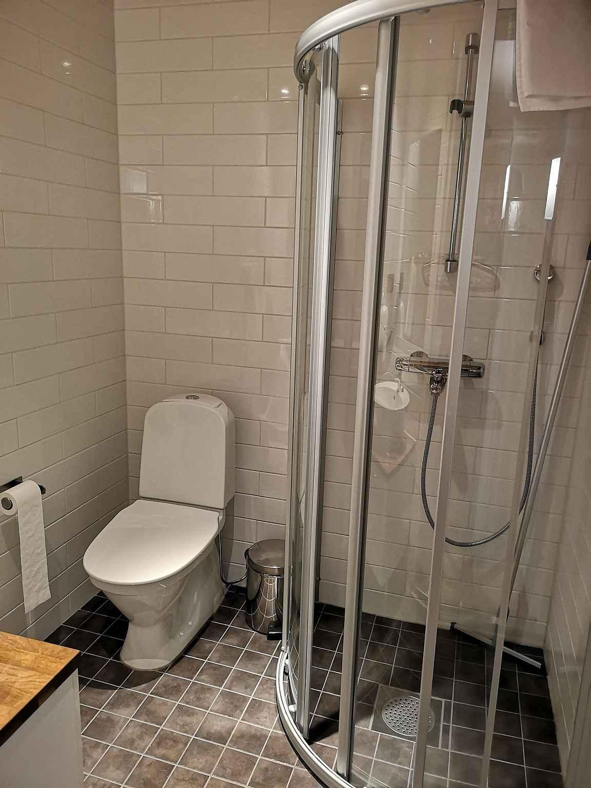 Kolmessa makuuhuoneessa on oma kylpyhuone.