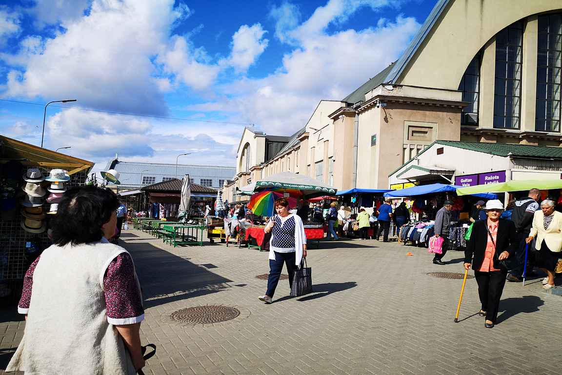 Kauppahallin ympäristö on oiva paikka tutustua paikalliseen elämään.