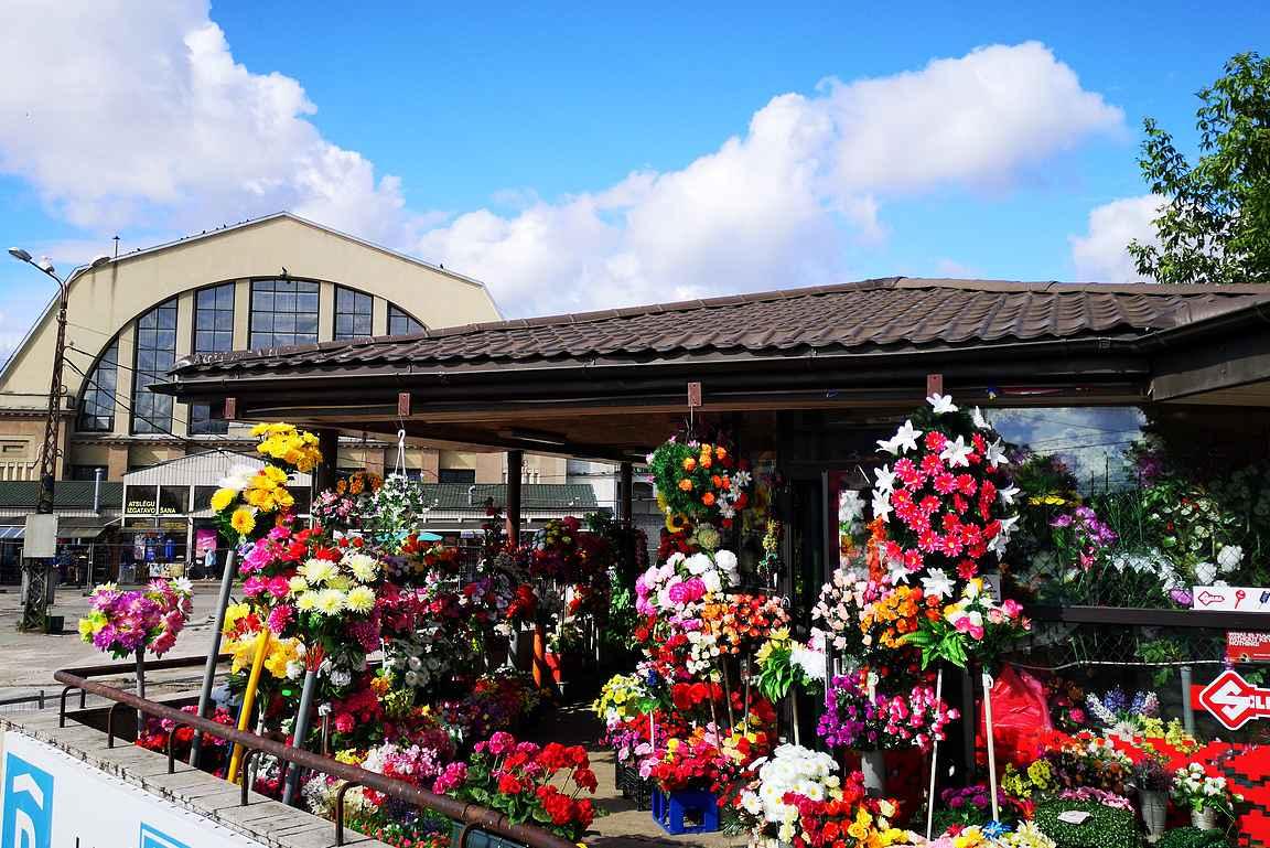 Kukkakauppiaat kuuluvat osana kaupungin torielämään.