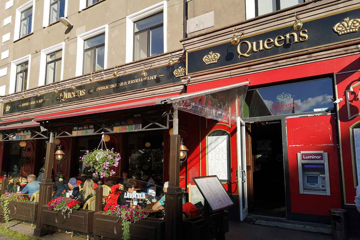 Queens on perinteinen olutravintola, jolla on kesällä viihtyisä terassi.