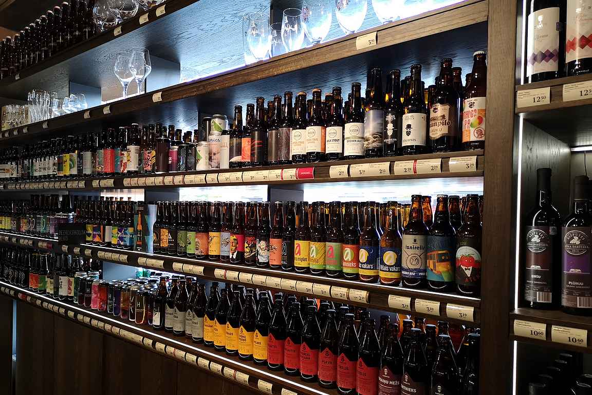 Valmiermuižas myy omien tuotteiden lisäksi laajasti latvialaisia pienpanimo-oluita.