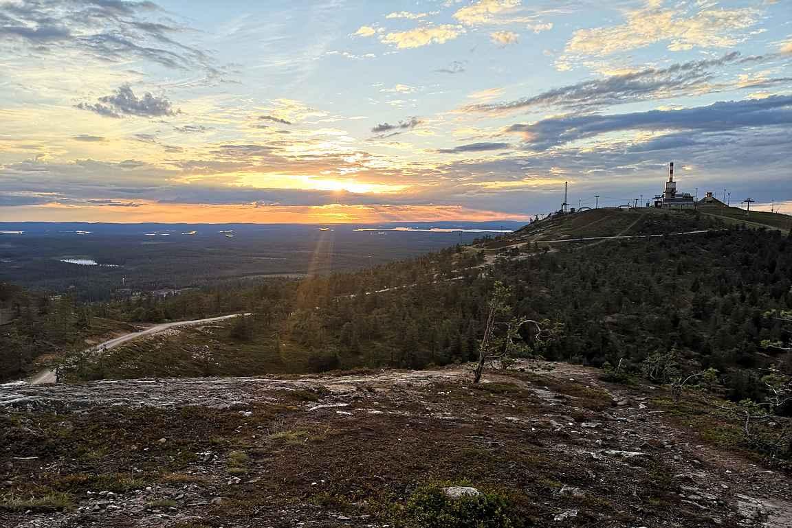 Juhannuskallion luonnonsuojelualueelta avautuu upeat näkymät Rukatunturin huipulle.