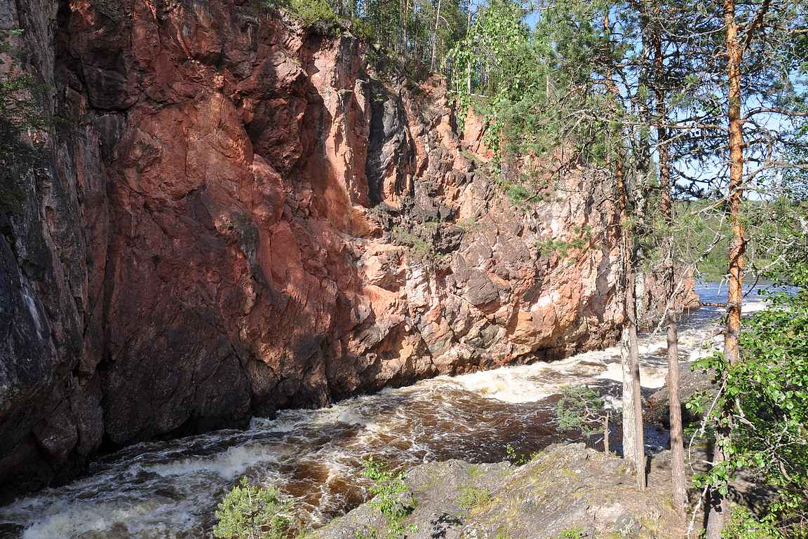 Kiutaköngäs ja sen upea punainen kallioreunus.