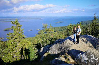 Ukko-Kolilla monet kansallispuiston kävijät haluavat kuvauttaa itsensä. Minutkin löytää kuvasta varjosta.