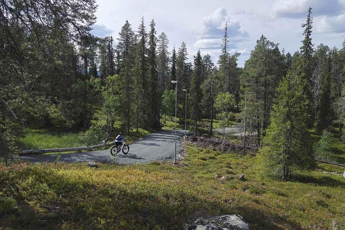 Mikäli haluat valita metsäreittien sijaan helppokulkuisia reittejä, niin Rukan ympärilenkin lisäksi monet hiihtolatujen pohjat toimivat erinomaisesti maastopyöräilyyn.