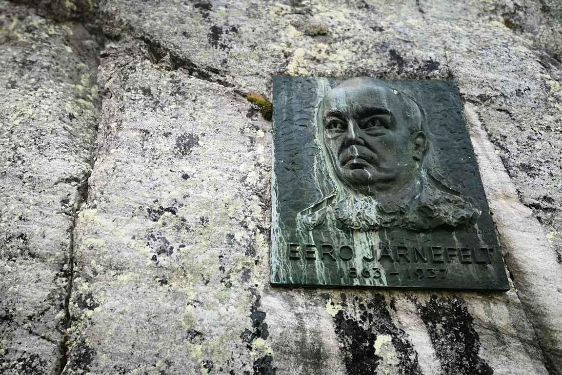Huippujen kierroksen lähtöpaikan vieressä on nuotiopaikka sekä Eero Järnefeltin muistolaatta.