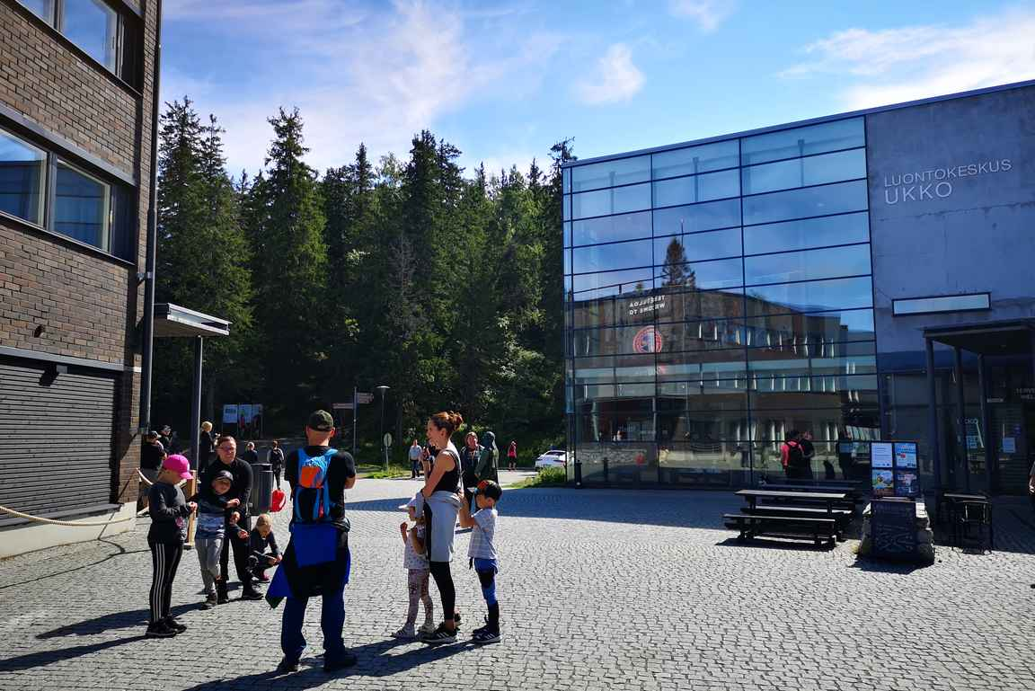 Kolin Luontokeskus Ukko sijaitsee aivan Ukko-Kolin alla muutaman sadan metrin päässä Suomen kansallismaisemasta.