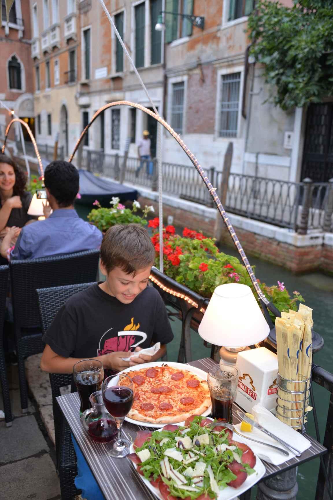 Venetsian sivukujilta löytää mukavan rauhallisia lounaspaikkoja.