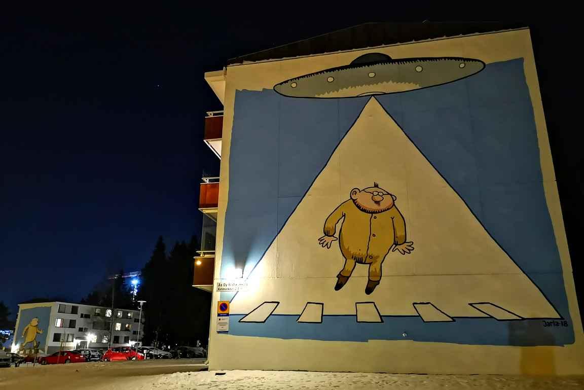 Vaikka Tesoman Kohmankaaren Fingerporimuraalit eivät ole valotaidetta, niin kannattaa nekin käydä Tampereella katsastamassa!