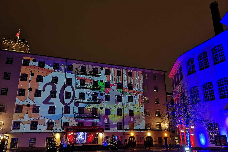 Tampereen rakennusten valot loistavat iltaisin