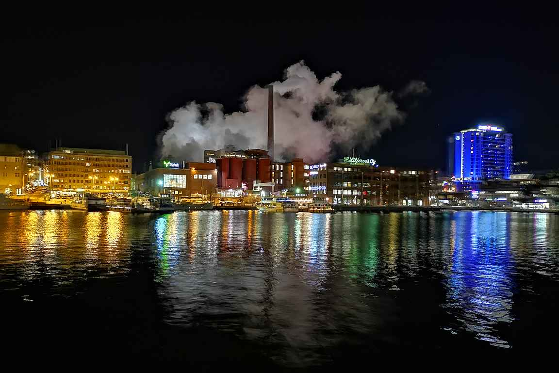 Tampereen silhuetti Ratinan puolelta Tammerkosken suvantoa.