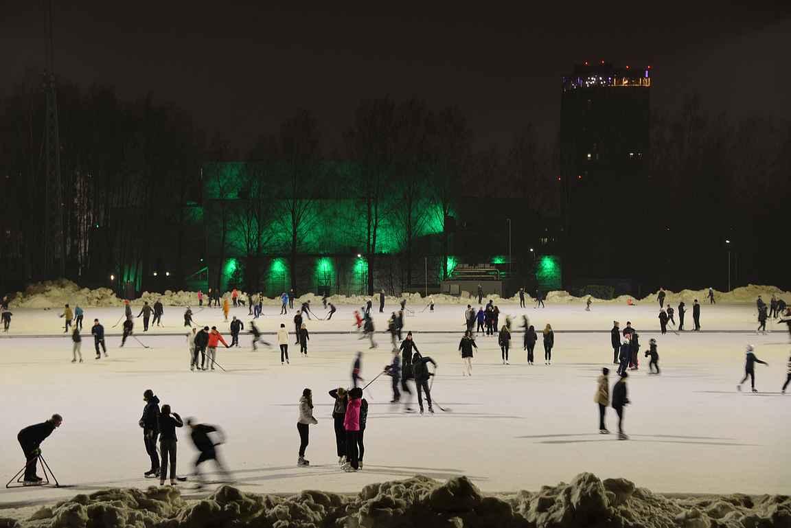 Sorsapuiston takana näkyy Tampere-talo tällä kertaa vihreänä ja viereinen Solo Sokos Hotel Torni Tampere.
