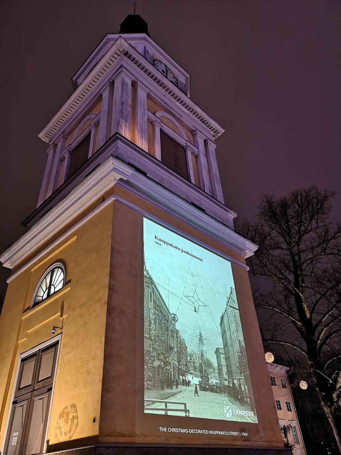 Vanhan kirkon seinään heijastettiin vanhoja Tampereen joulunajan valokuvia.