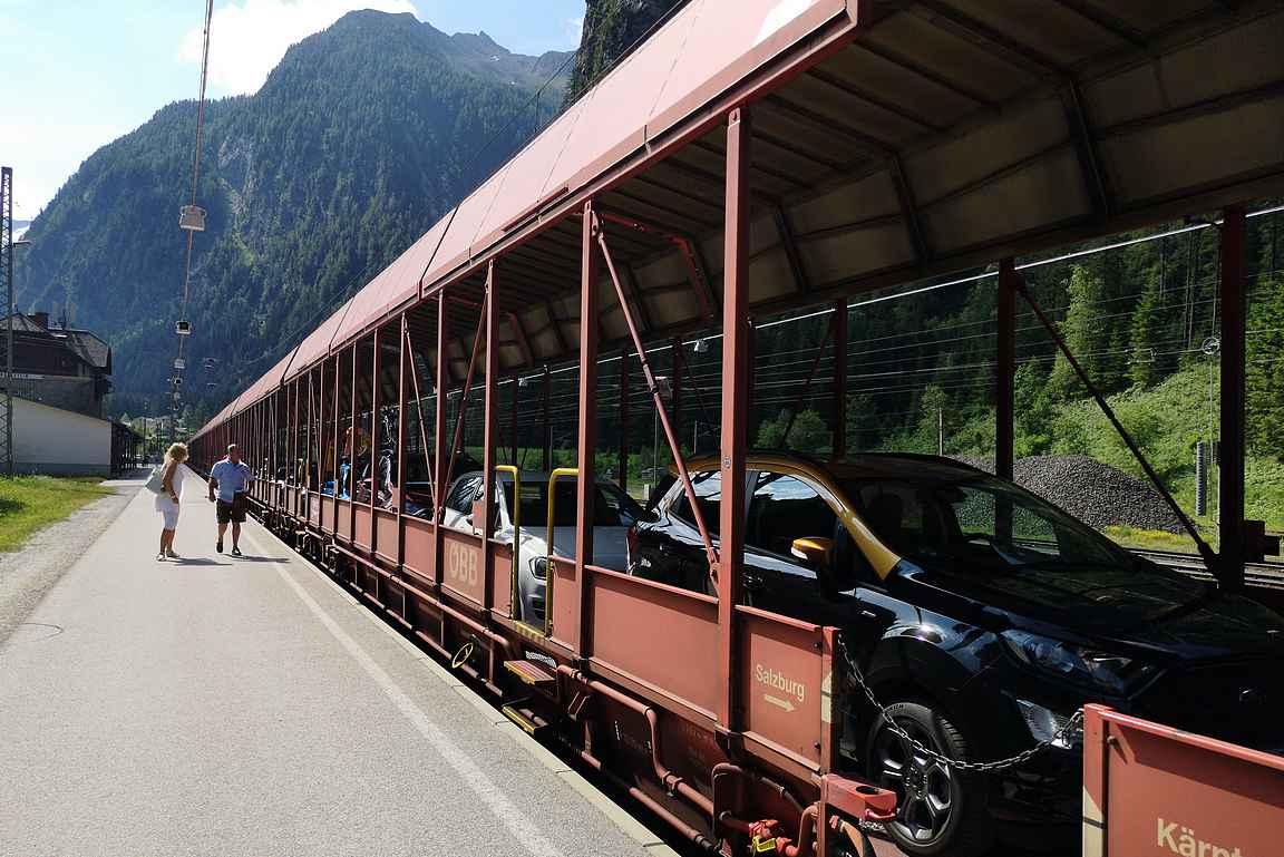 Vuokra-auto on ajettu junaan.