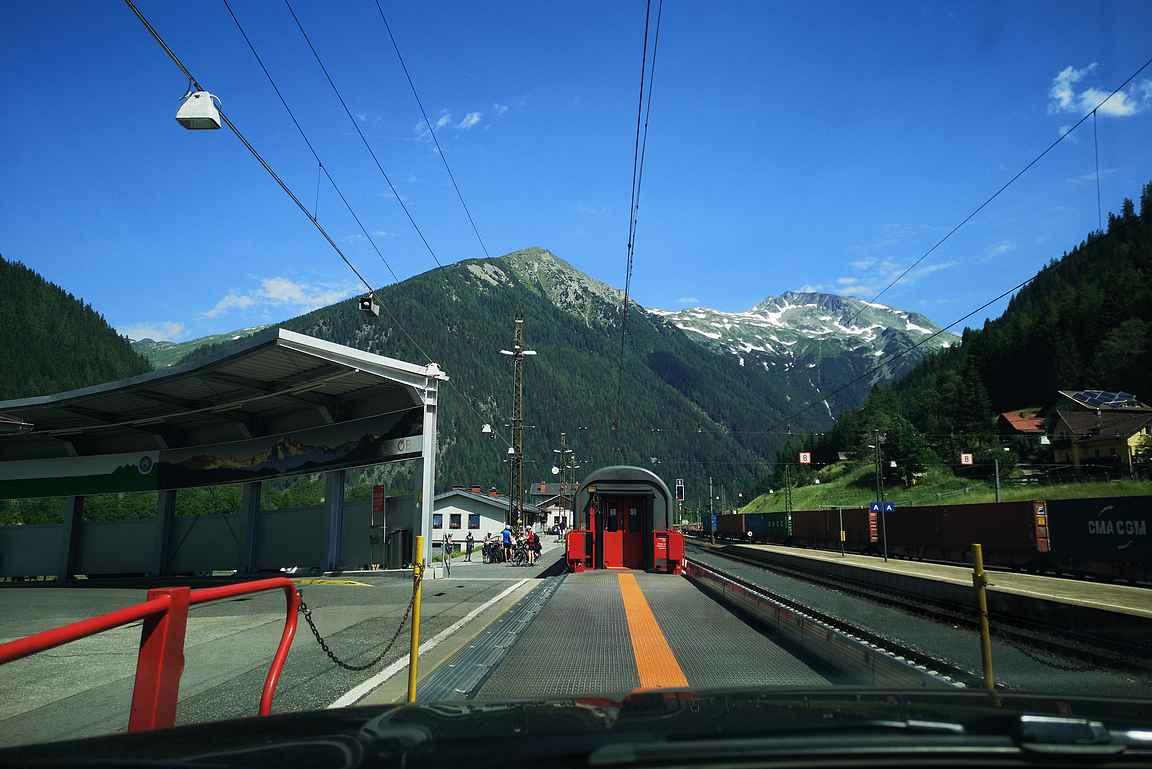 Kauaa ei kulunut, kun sai ajella Mallnitzin asemalla auton ulos junasta Alppien eteläpuolella.